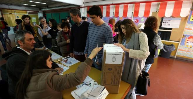 Personas votando este pasado domingo en Buenos Aires. REUTERS/ Marcos Brindicci