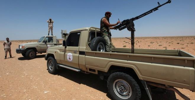 Fuerzas del ejército sirio patrullan para prevenir cualquier ataque del estado Islñamico.REUTERS/Ismail Zitouny