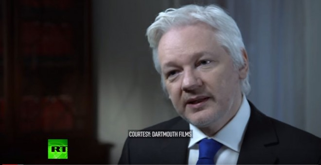 El fundador de WikiLeaks, Julian Assange, durante un momento de su entrevista con el periodista australianoa John Pilger.