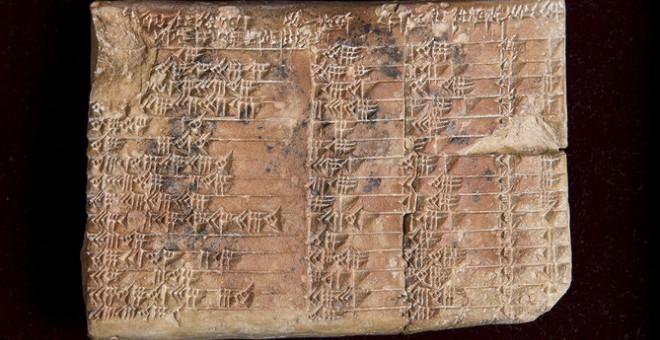 La tablilla babilónica Plimpton 322 presenta cuatro columnas (separadas por tres hendiduras) y 15 filas de números cuneiformes, pero seguramente tuvo más porque está fragmentada. UNSW/ Andrew Kelly
