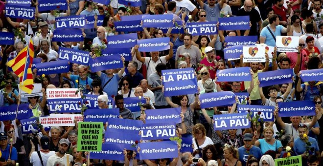 Un momento de la manifestación contra los atentados yihadistas en Catalunya que bajo el eslogan 'No tinc por' ha recorrido las calles de Barcelona. EFE/Alberto Estevez
