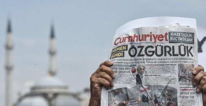 Un hombre alza una copia del diario Cumhuriyet con una palabra en la portada que se podría traducir como 'Libertad', durante una manifestación frente a un tribunal de Estambul /AFP (OZAN KOSE)