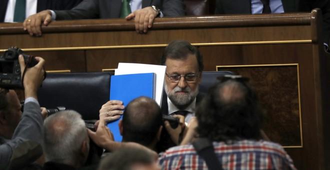 El presidente del Gobierno, Mariano Rajoy, momentos antes de comparecer en un pleno extraordinario en el Congreso para dar explicaciones de su declaración ante el tribunal del juicio del caso Gürtel y sobre la supuesta financiación ilegal de su partido, e