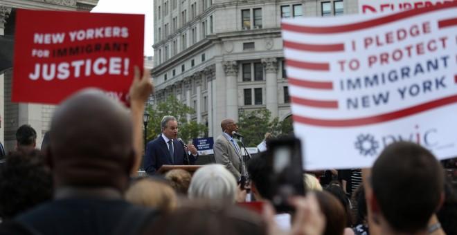 El fiscal general de Nueva York habla en una manifestación en protesta por la disolución planeada de DACA en Manhattan, Nueva York. / REUTERS