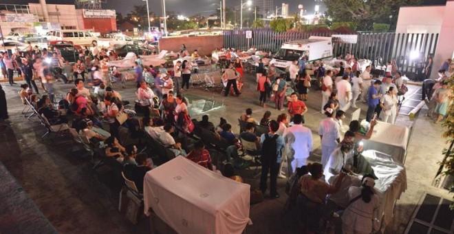 Pacientes y médicos de un hospital en Villahermosa (México) permanecen fuera tras el terremoto. EFE/STR