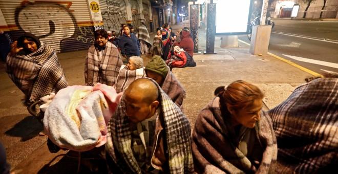 Un grupo de gente se arropa con mantas en la calle tras el terremoto de México./REUTERS