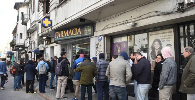 Ciudadanos hacen cola para comprar marihuana en una farmacia de Montevideo /AFP (MIGUEL ROJO)