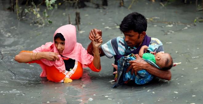 Una pareja rohinyá cruza el río Naf cerca de Teknaf, Bangladesh, para cruzar la frontera. - REUTERS