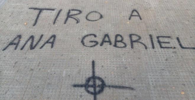 Pintadas contra Anna Gabriel, portavoz de la CUP, en la UV. / Público