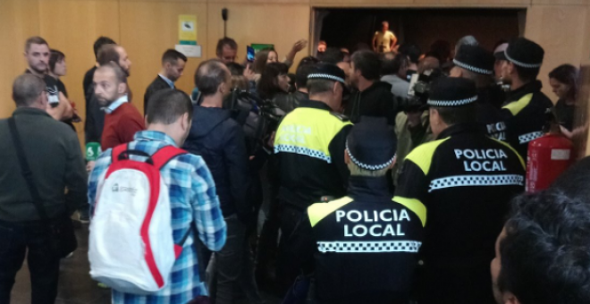 La Policía local ha irrumpido el acto de la portavoz de la CUP / Twitter