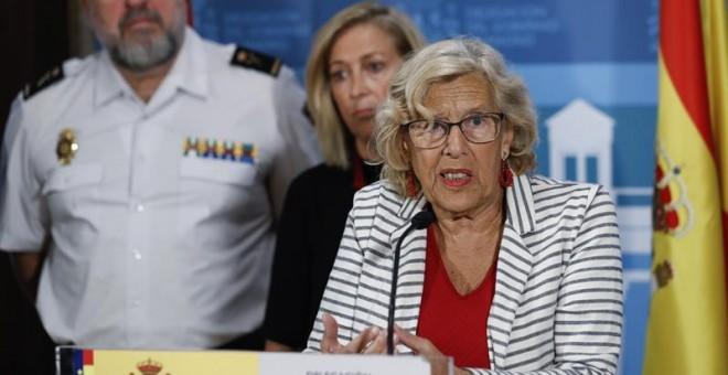 La alcaldesa de Madrid, Manuela Carmena (d), durante una rueda de prensa con la delegada del Gobierno en Madrid. /EFE