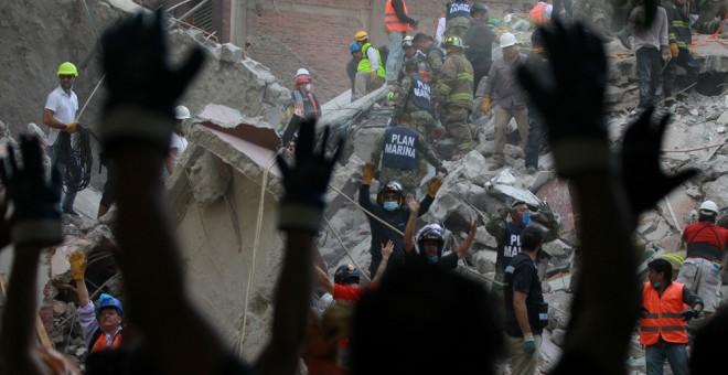Miembros de la Marina de México, rescatistas y voluntarios realizan labores de rescate en Ciudad de México tras el terremoto que ha dejado más de 200 muertos. EFE