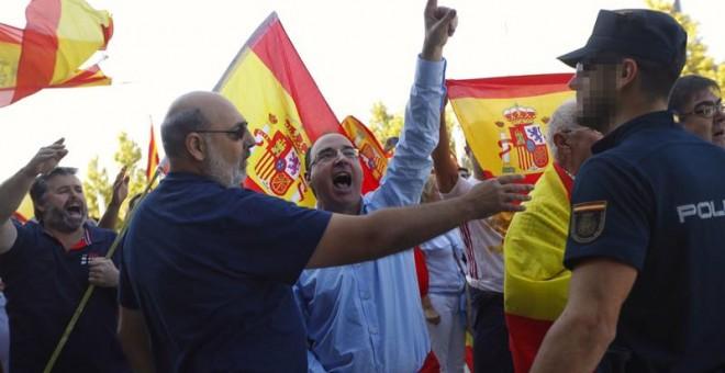 Un grupo de ultras, con banderas de España, increpan a los miembros de Unidos Podemos a las puertas de su asamblea en Zaragoza. /EFE