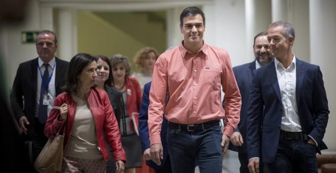 El secretario general del PSOE, Pedro Sánchez, a su llegada a la reunión del grupo parlamentario socialista que ha congregaedo en la Cámara Alta a diputados, senadores y europarlamentarios de esta formación. EFE/Luca Piergiovanni