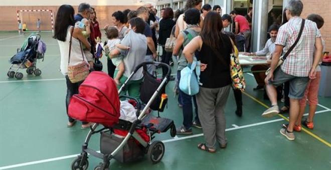 Reunión de padres de alumnos en la Escola Diputació de Barcelona, para organizar la 'Festa de la tardor' (Fiesta del otoño), con el fin de evitar la entrada y precinto policial al ser un colegio electoral para el referéndum del 1-O. EFE/Toni Albir