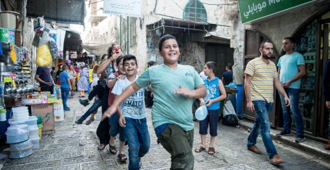 Risas y acrobacias contra la ocupación de Palestina