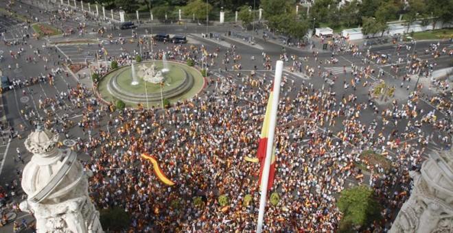 Vista aérea de la plaza de Cibeles con las personas que esta mañana se han concentrado contra el referéndum en Catalunya. /EFE