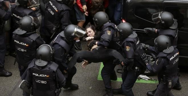 Agents antiavalots de la policia espanyola intervenen a l'escola Ramón Llull de Barcelona / EFE