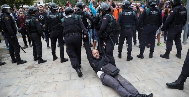 Carga policial en el colegio Ramón Llull de Barcelona./ REUTERS