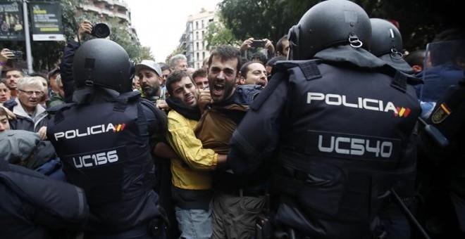 Intervención policial en el Institut Ramon Llull de Barcelona / EFE
