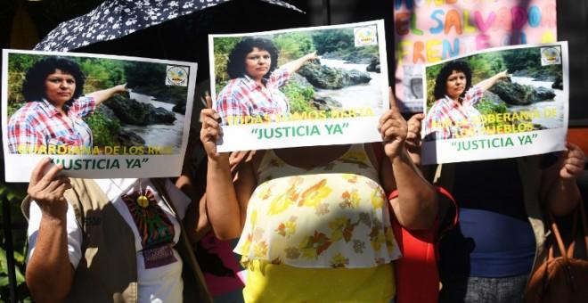 Manifestación reclamando justicia para la activista Berta Cáceres. AFP/ Marvin Recinos