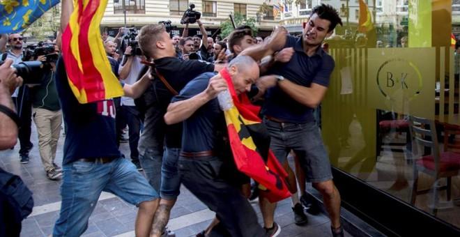 Enfrentamientos entre los asistentes a la tradicional manifestación de entidades de izquierda y nacionalista del 9 d'Octubre llevada a cabo hoy por el centro de Valencia que ha tenido que alterar su recorrido ante los ataques, tanto físicos como verbales,