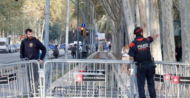 Mossos colocando vallas alrededor del Parlament catalán. /REUTERS