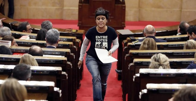 Anna Gabriel en la sesión parlamentaria sobre los resultados del referèndum del 1 de octubre / EFE Alberto Estévez