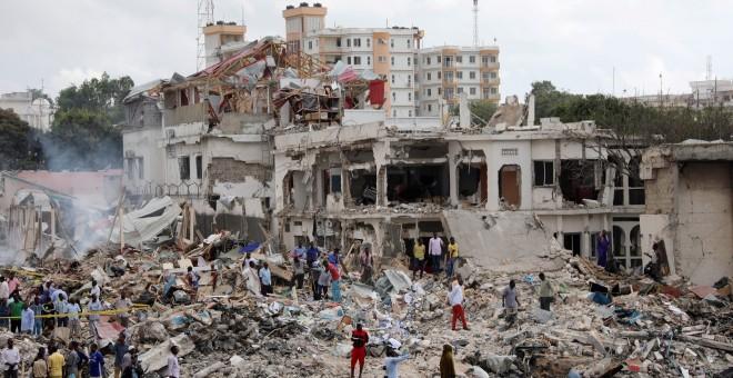 Equipos de rescate somalíes buscan supervivientes entre los edificios afectados por el ataque terrorista con camiones bomba en Mogadiscio. REUTERS/Feisal Omar