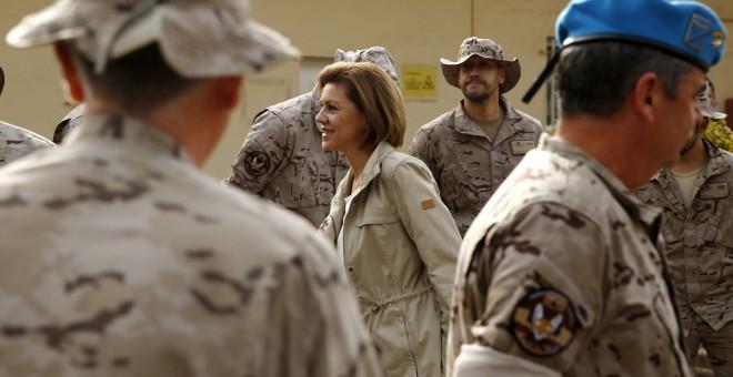 La ministra de Defensa, María Dolores de Cospedal, visitando a las tropas en misión en Dakar. EFE/Sergio Barrenechea