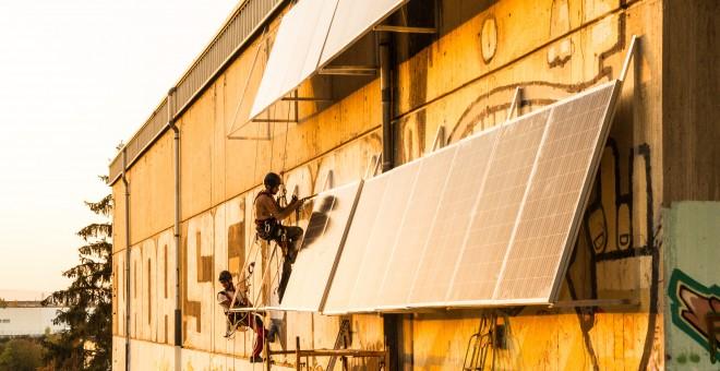 Instalan placas solares en el barrio de Errekaleor. / D.A