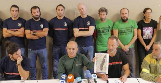 Representantes de la plataforma de bomberos públicos de Galicia, explica desde su punto de vista la oleada de incendios del pasado fin de semana.   LAVANDEIRA JR (EFE)