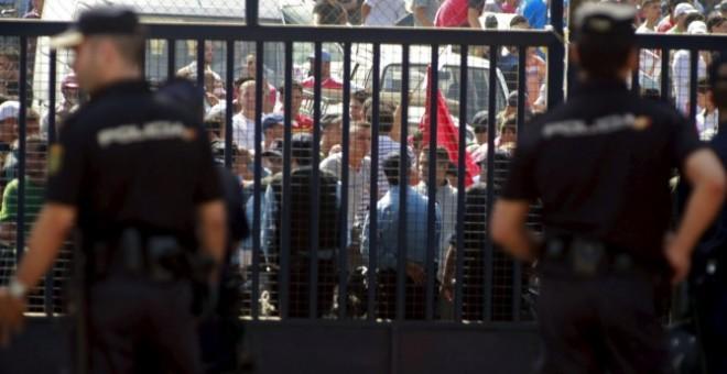La verja del paso fronterizo de Beni Enzar, en Melilla. / EFE