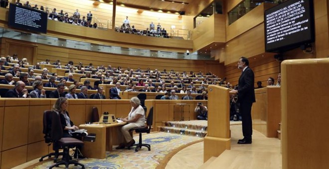El presidente del Gobierno, Mariano Rajoy, durante su intervención en el pleno extraordinario del Senado convocado para aprobar las propuestas planteadas por el Gobierno para actuar contra la Generalitat al amparo del artículo 155 de la Constitución. /EFE