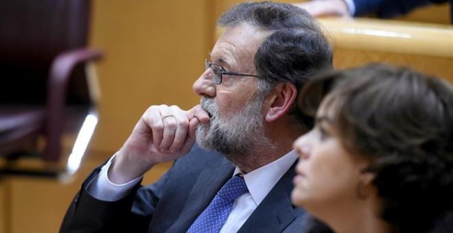 El presidente del gobierno Mariano Rajoy y la vicepresidenta Soraya Sáez de Santamaría. - EFE
