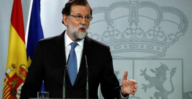 El presidente del Gobierno, Mariano Rajoy, durante la rueda de prensa ofrecida esta tarde en el Palacio de la Moncloa tras la declaración unilateral de independencia en el Parlament de Catalunya. - EFE