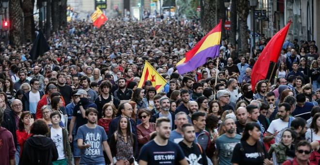 Miles de personas se han manifestado esta tarde por las calles del centro de València contra las agresiones de la ultraderecha. EFE