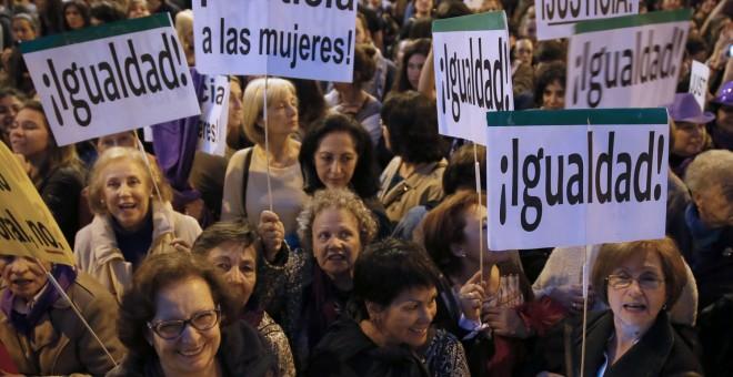 Mujeres participando en una manifestación por la igualdad. EFE
