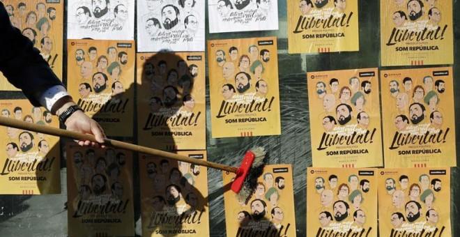 Cientos de personas han acudido hoy a la plaza Universitat de Barcelona para iniciar una pegada de carteles y empapelar la ciudad y el conjunto de Cataluña para pedir la libertad de los ocho exconsellers encarcelados y de los líderes de Asamblea Nacional