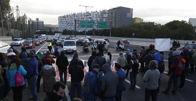 Manifestantes cortan el tráfico en el nudo de La Trinidad, en Barcelona, durante la huelga. EFE/Alejandro García