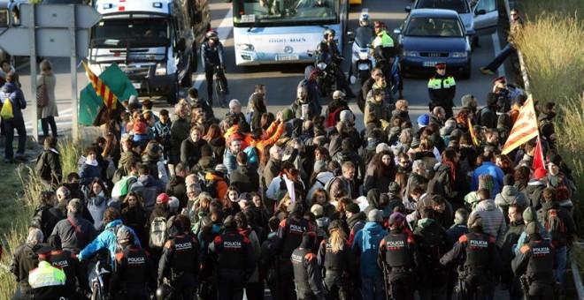 Manifestantes cortan la C-31 a la altura de L'Hospitalet. EFE/Toni Albir
