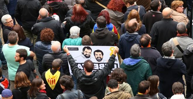 Miles de personas se manifiestan en la Plaza de Sant Jaume. REUTERS/Albert Gea