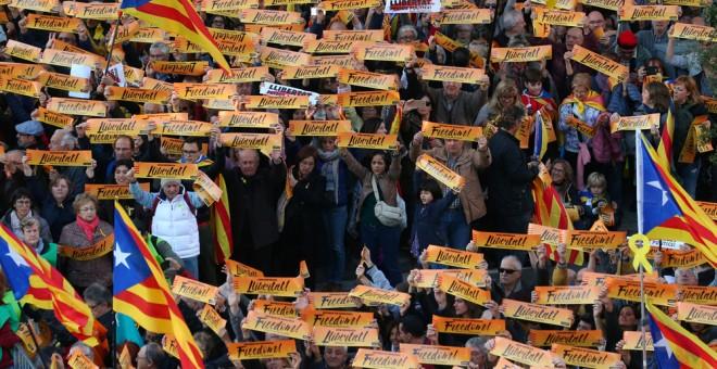Manifestantes con carteles con la palabra 'Libertad' en la manifestación para exigir la salida de prisión de los presidentes de la ANC y Òmnium Cultural, Jordi Sánchez y Jordi Cuixart, y de los ocho consellers cesados del Govern. REUTERS/Albert Gea