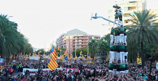 Unos castellers durante la manifestación para exigir la salida de prisión de los presidentes de la ANC y Òmnium Cultural, Jordi Sánchez y Jordi Cuixart, y de los ocho consellers cesados del Govern. J.K