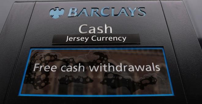 Un cajero de un Barclays Bank en St Helier, Jersey.REUTERS/Darren Staples