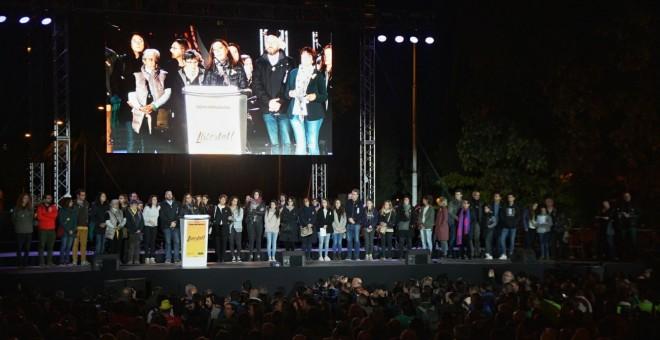 Imagen del escenario donde se han realizado discursos y actuaciones al final de la manifestación en Barcelona para exigir la salida de prisión de los presidentes de la ANC y Òmnium Cultural, Jordi Sánchez y Jordi Cuixart, y de los ocho consellers cesados