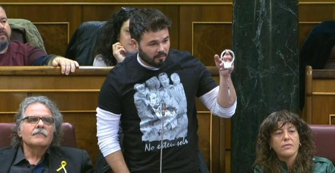 El diputado de ERC Gabriel Rufián saca unas esposas en el pleno del Congreso durante la sesión de control al Gobierno.