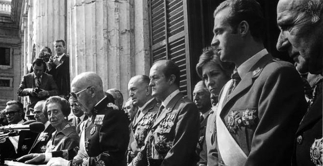 El dictador Francisco Franco y el entonces príncipe de Asturias y hoy rey emérito Juan Carlos de Borbón, en un acto celebrado 59 días antes de la muerte del primero.