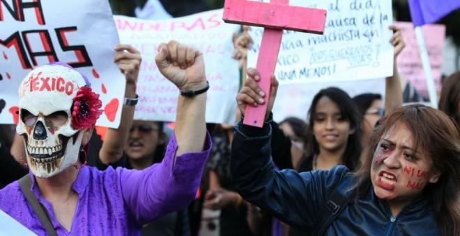 Ciudad de México. Al grito de 'Ni una menos' mujeres vestidas de negro salen a la calle con banderas y pancartas moradas. EFE