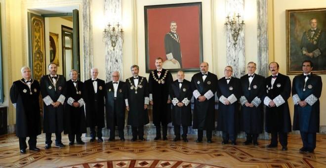 El rey Felipe VI acompañado por el presidente del Tribunal Supremo y del Consejo General del Poder Judicial, Carlos Lesmes, y los magistrados posan tras finalizar la solemne sesión de apertura del año judicial. EFE/Ángel Díaz